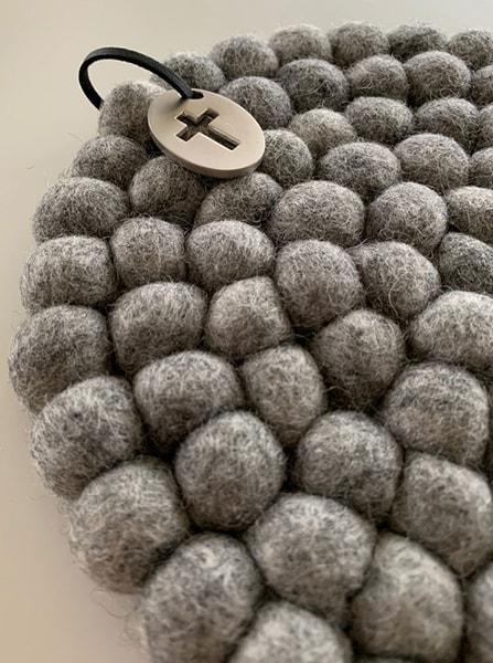 Grytunderlägg i ull - Kors - Ljusgrå - 20 cm